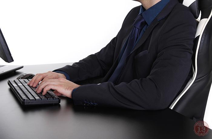 Глубокая рабочая область в крышке стола позволяет держать локти на столе