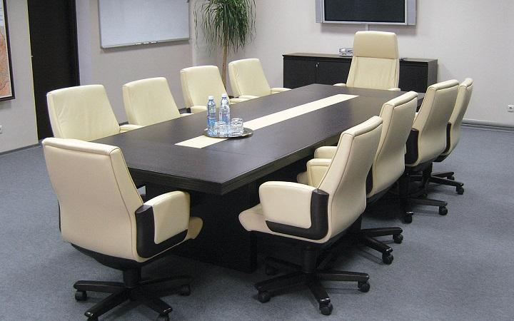 Основная составляющая мебели в таких помещениях – это большой стол