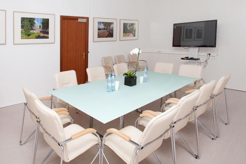Стулья для переговорных комнат подбираются в соответствии с дизайном помещения и установленной там мебели