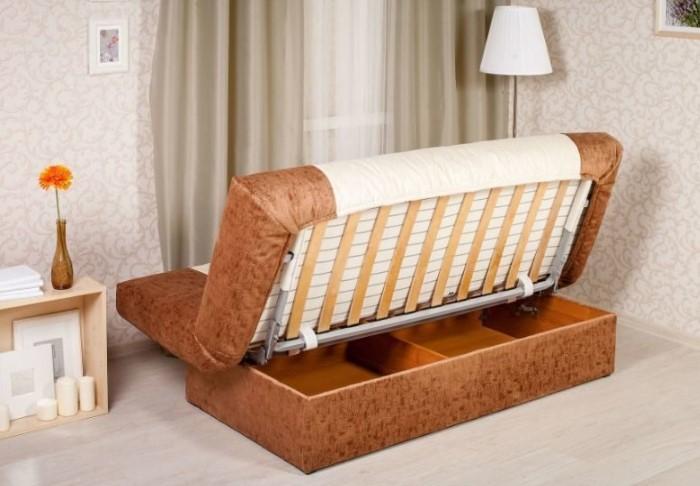 Единственный минус конструкции - каждый раз диван придется отодвигать от стены, чтобы раскрыть